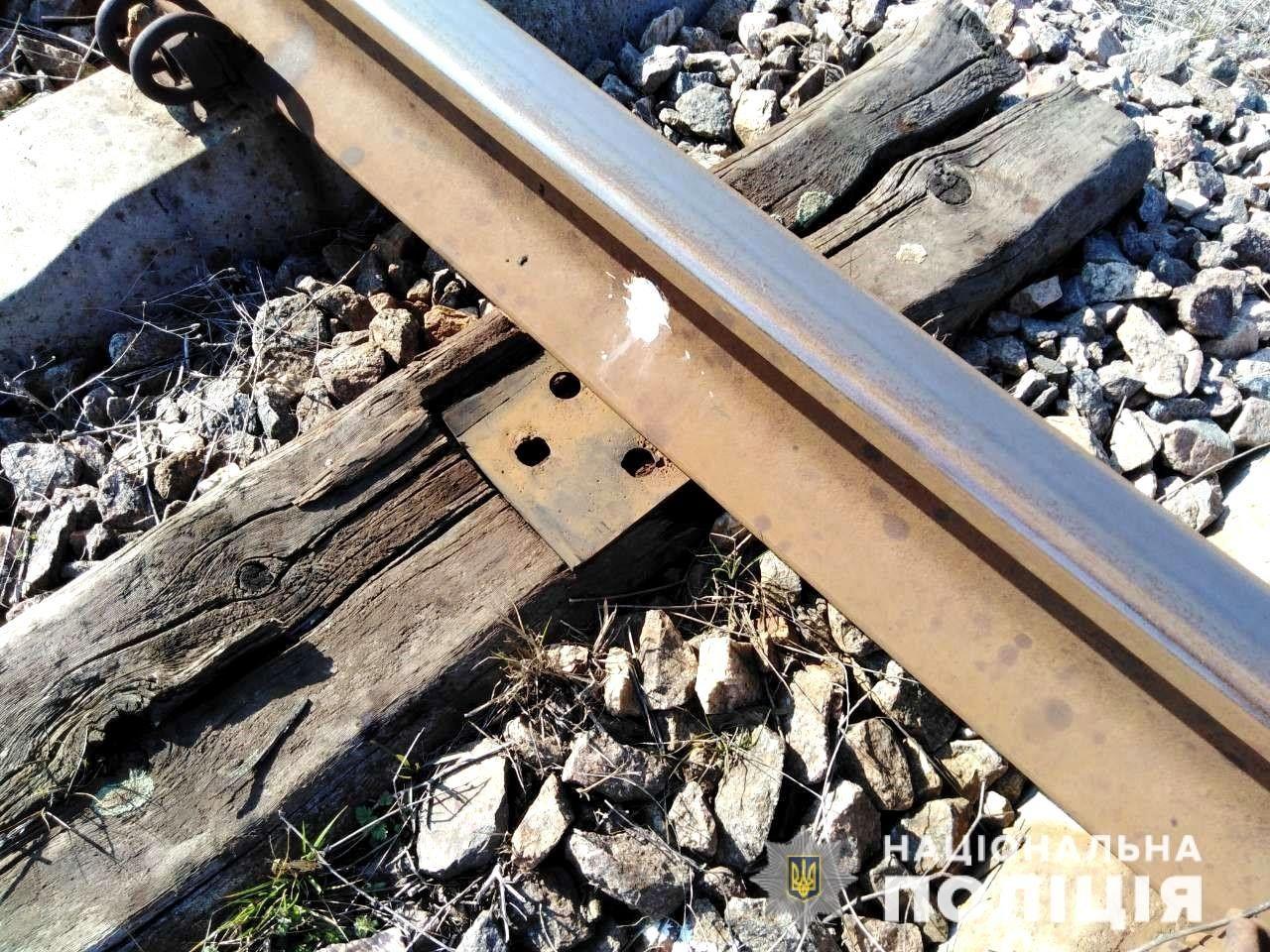 В пригороде Херсона полицейские задержали злоумышленника, который разбирал железнодорожные пути