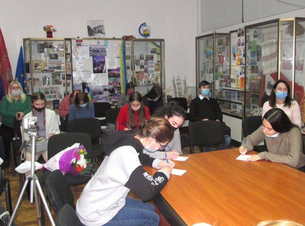 Херсонскую библиотеку посетили студенты госуниверситета