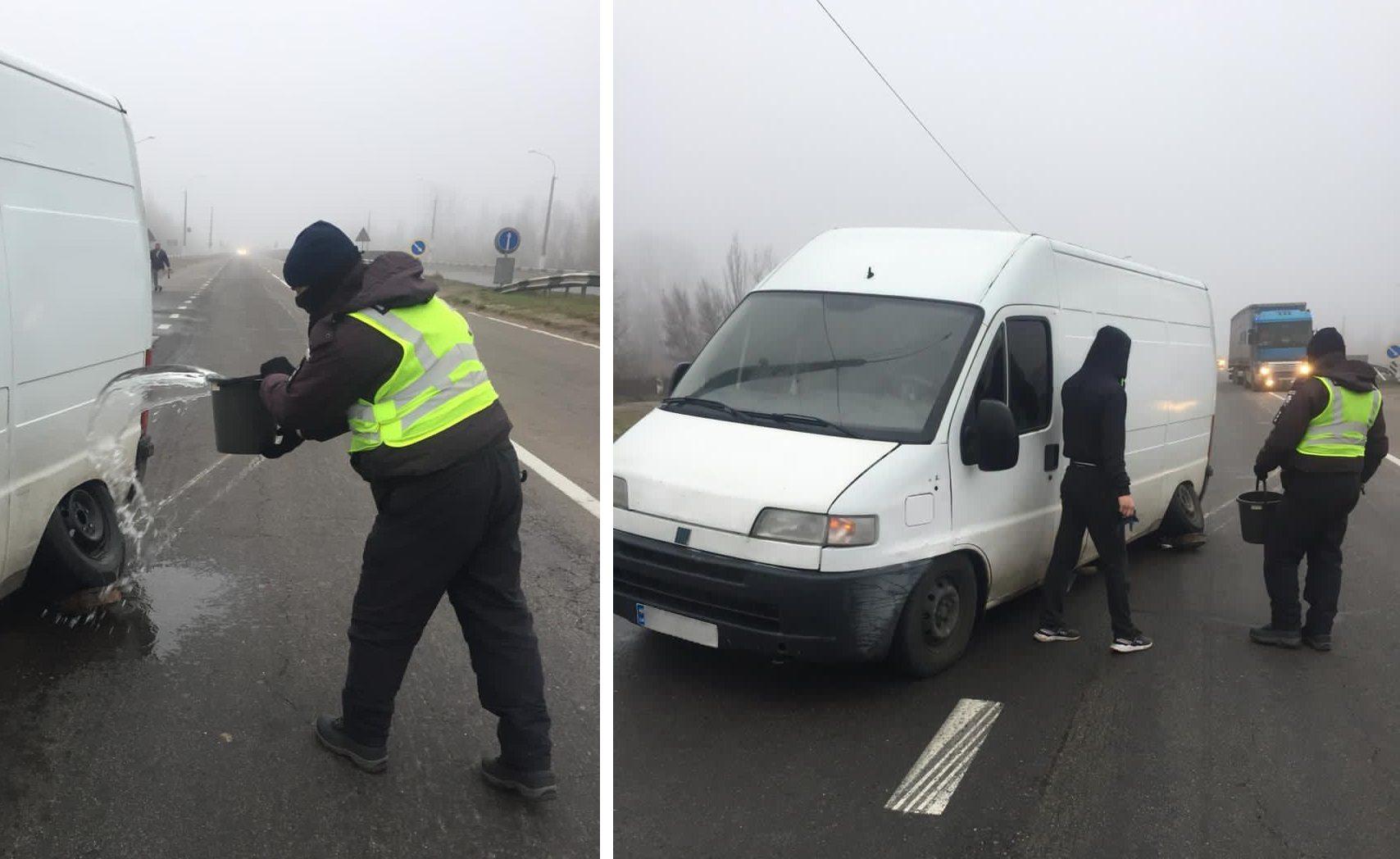 В Херсонской области полицейские потушили горящий на ходу микроавтобус (фото)