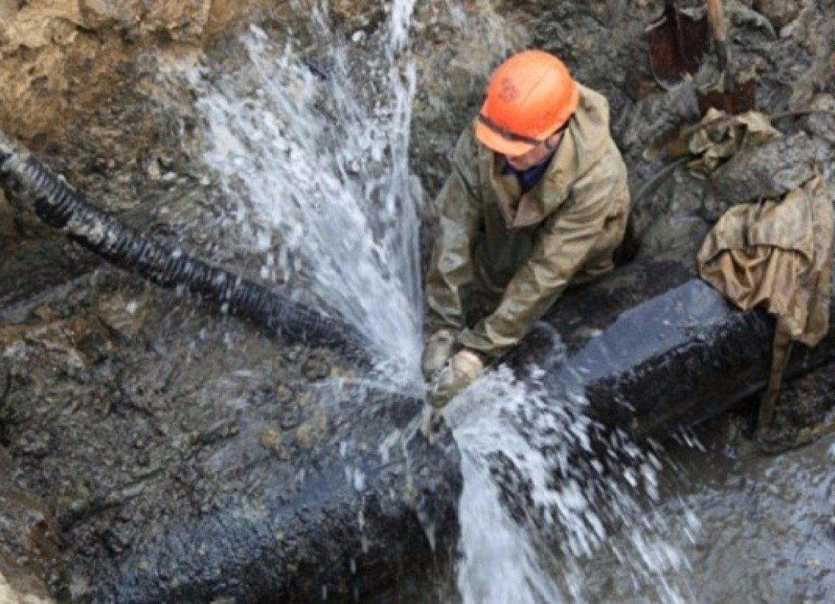 В центре Херсона устраняют аварию водопровода