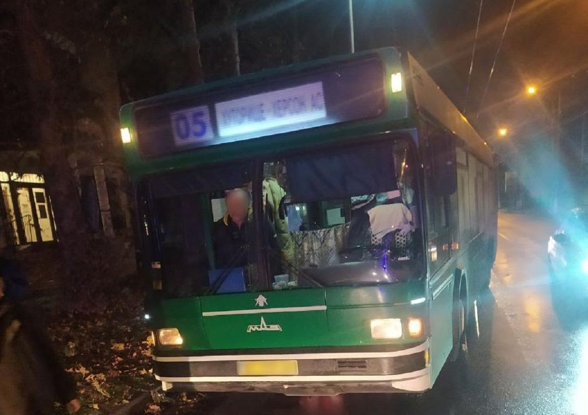 В Херсоне автобус наехал на лежавшего на дороге человека