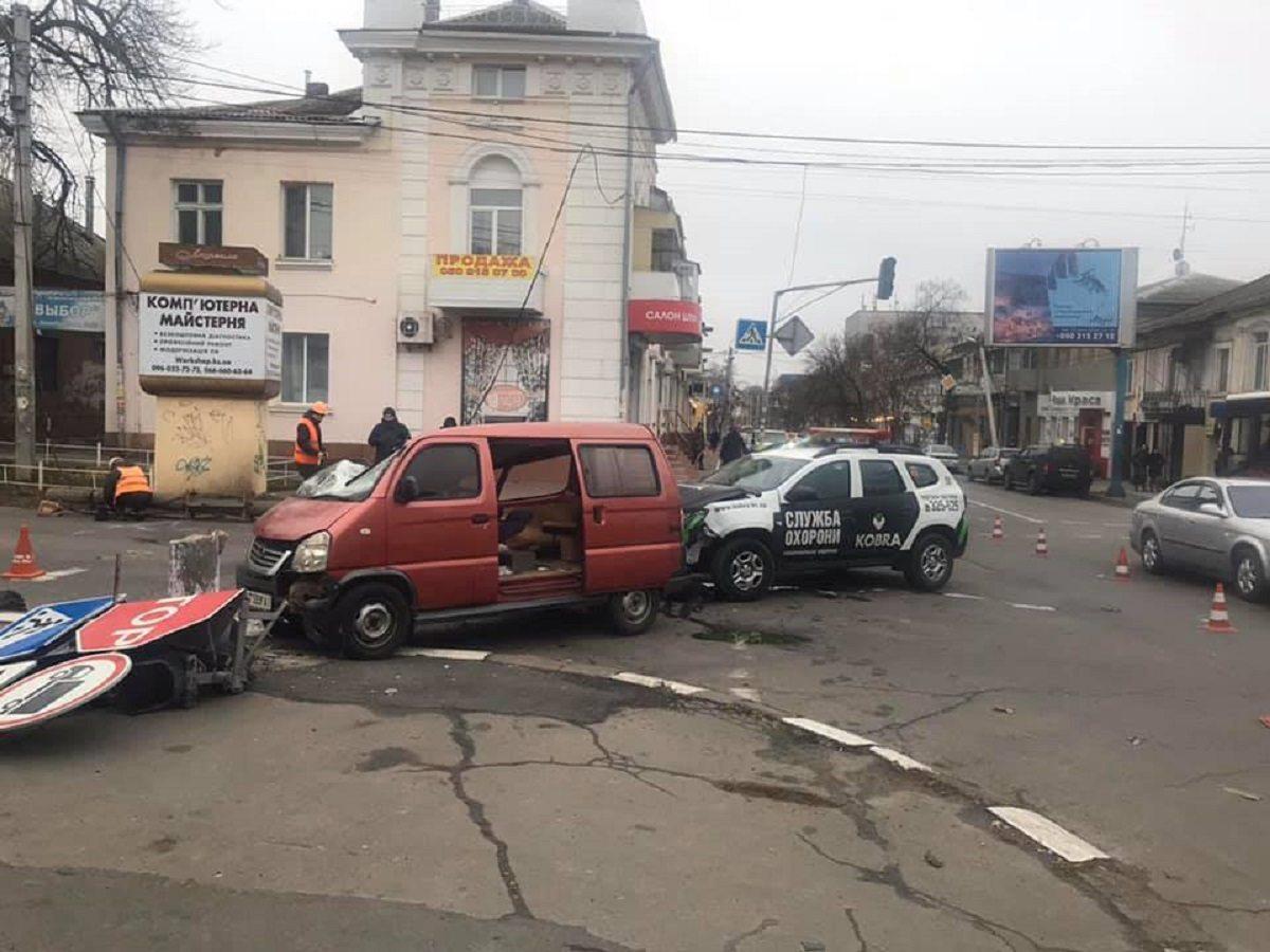 В Херсоне в ДТП с автомобилем охраны снесли бетонный столб
