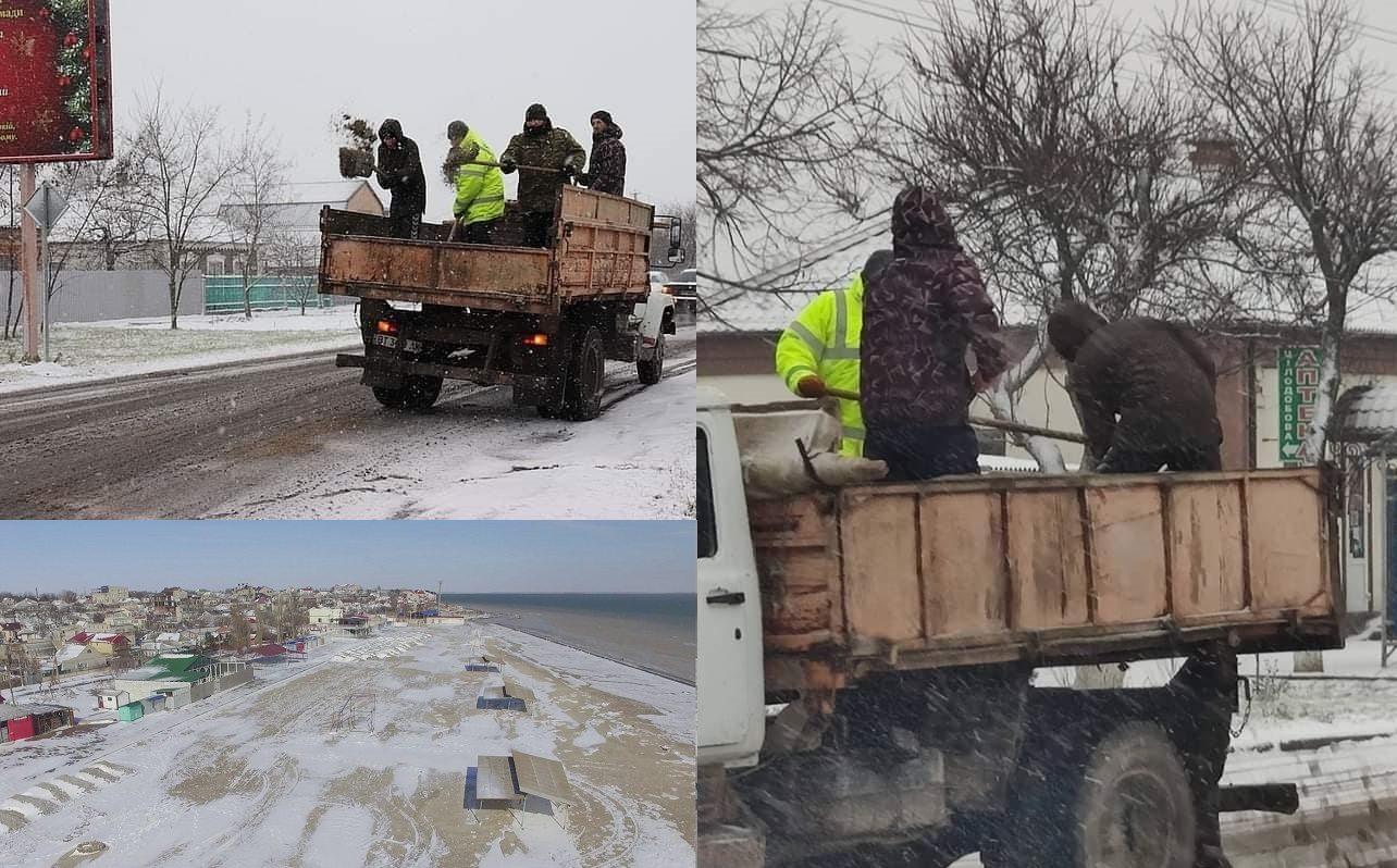 На херсонском курорте коммунальщики борются со снегом