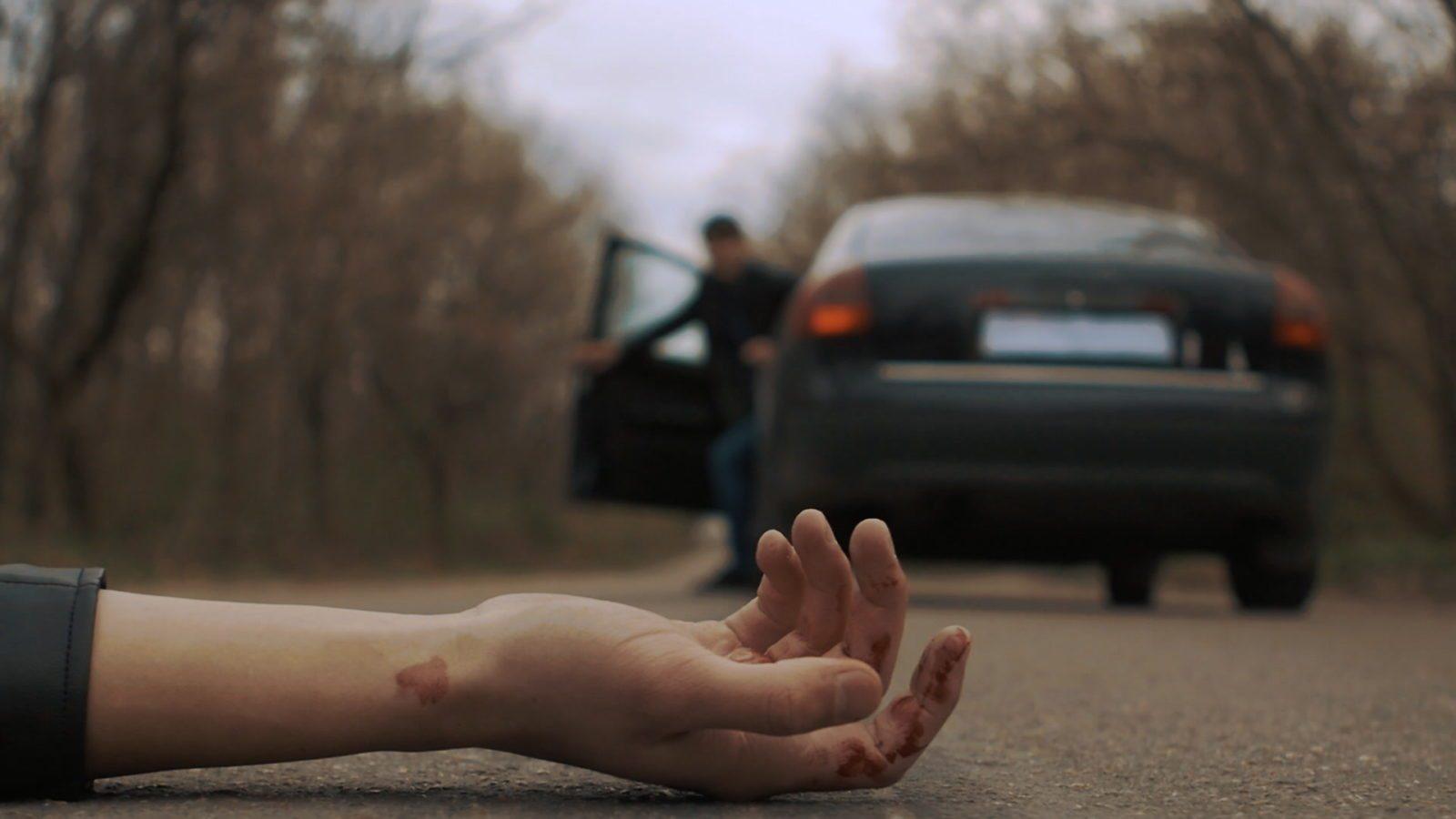 В Херсоне лежавшего на дороге мужчину переехали несколько раз