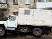В Херсоне ремонтный автомобиль провалился в траншею (фото)