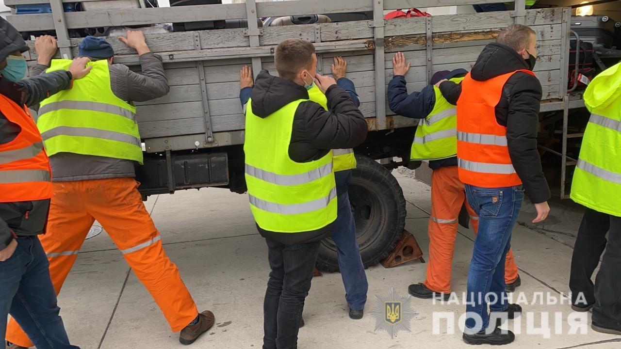 В херсонском аэропорту полицейские поймали с поличным группу воров-грузчиков