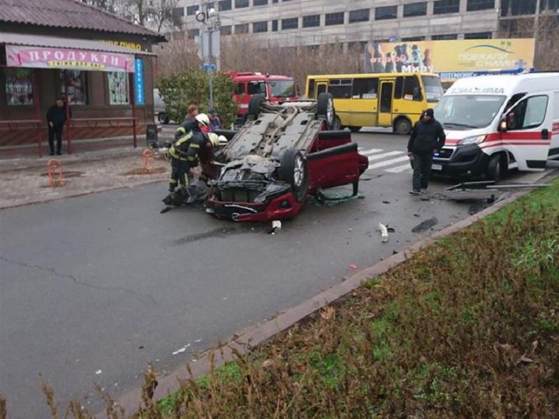 В Херсоне в ДТП перевернулся автомобиль (фото)