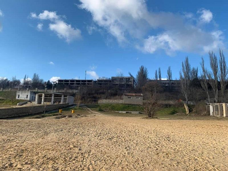 Как разрушили херсонский городской пляж